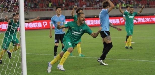 Anselmo Ramon em ação pelo Hangzhou Greentown FC