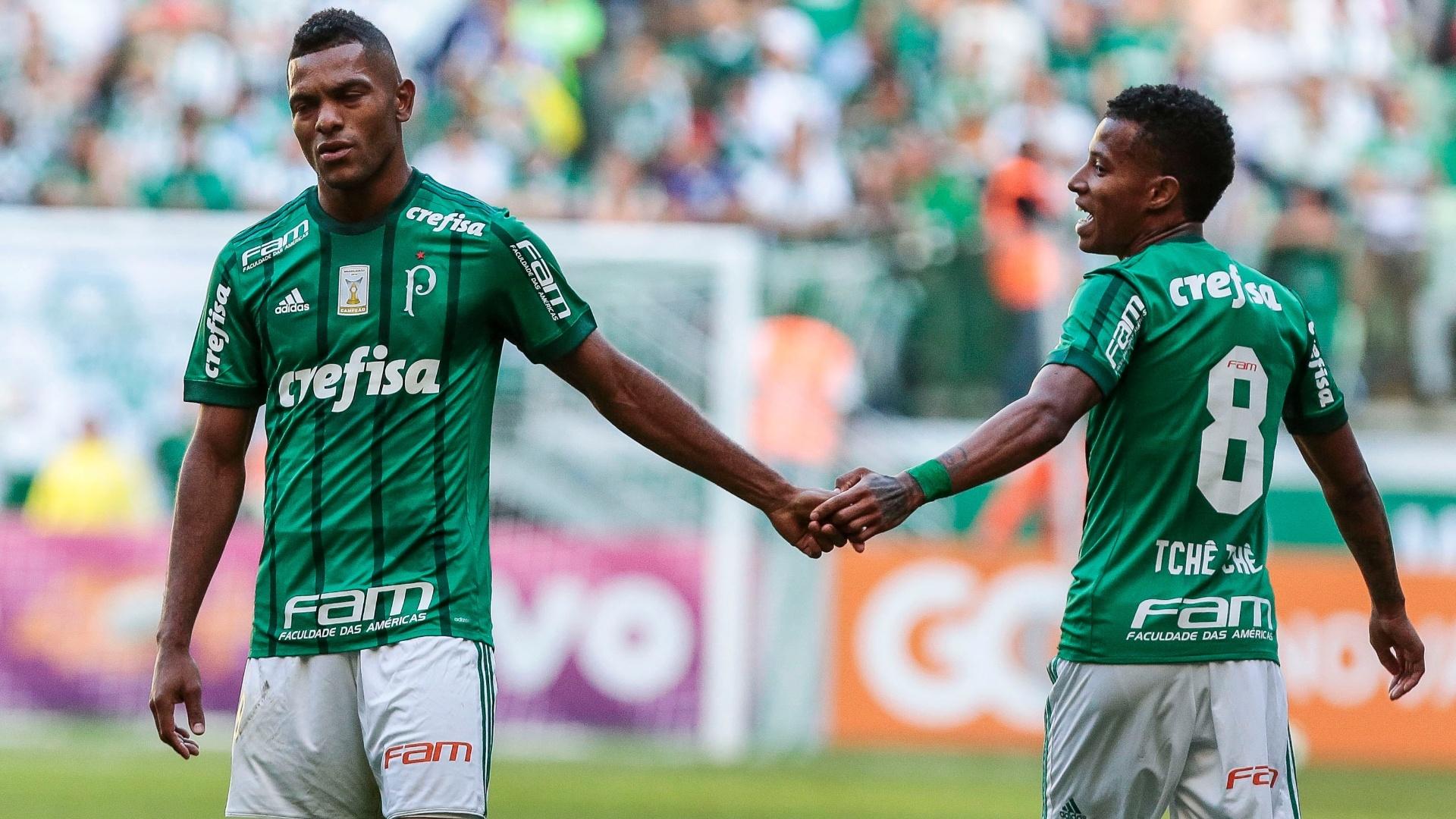 Borja e Tchê Tchê durante o jogo entre Palmeiras e Atlético-PR