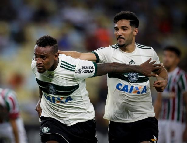 Cléber Reis ao lado de Alan Santos durante partida contra o Fluminense