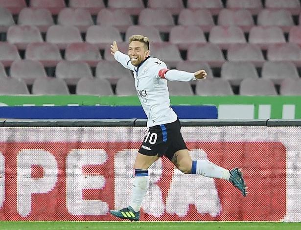 Papu Gomez comemora gol da Atalanta sobre o Napoli
