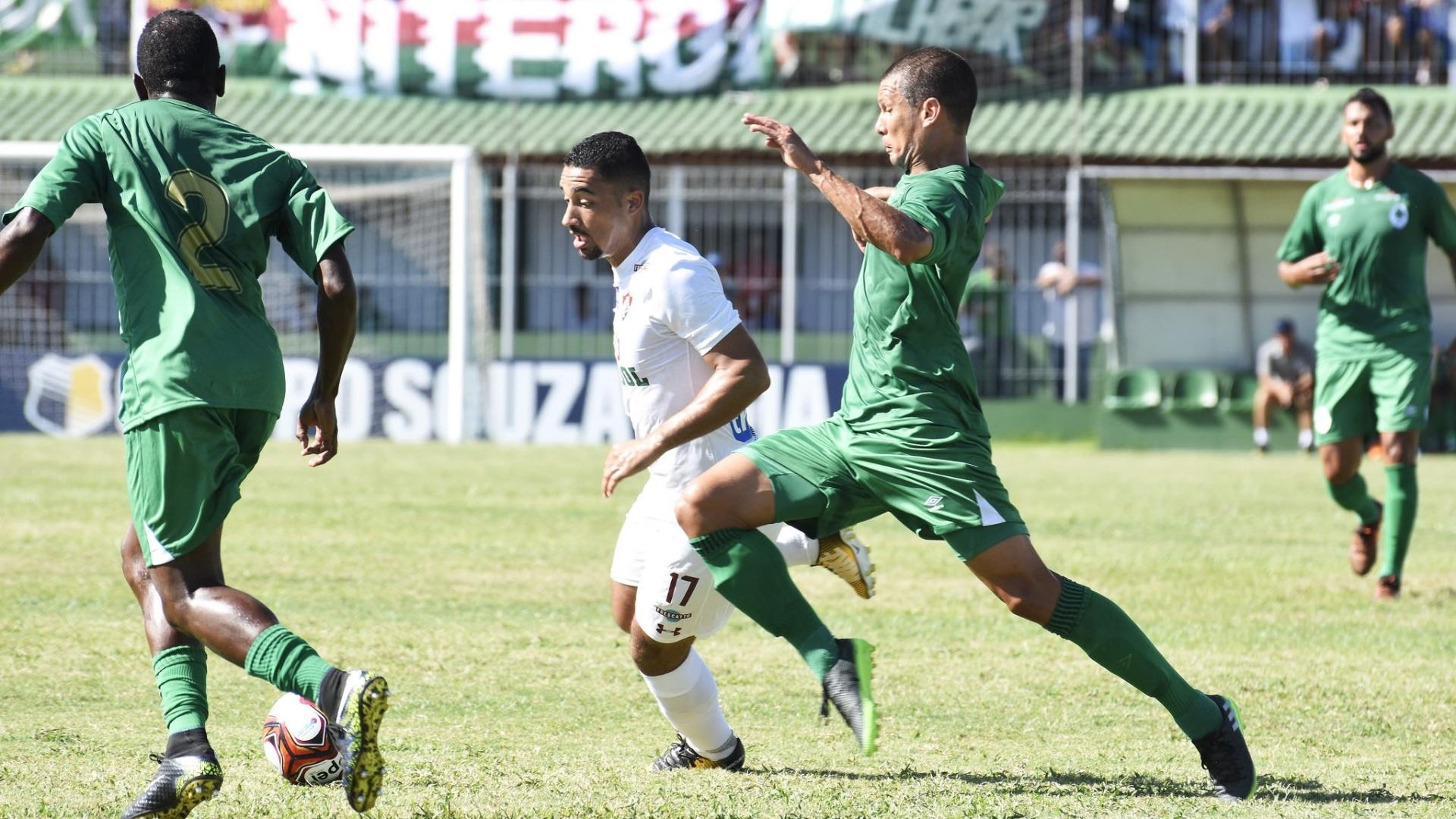 Jogadores de Boavista e Fluminense em disputa de bola