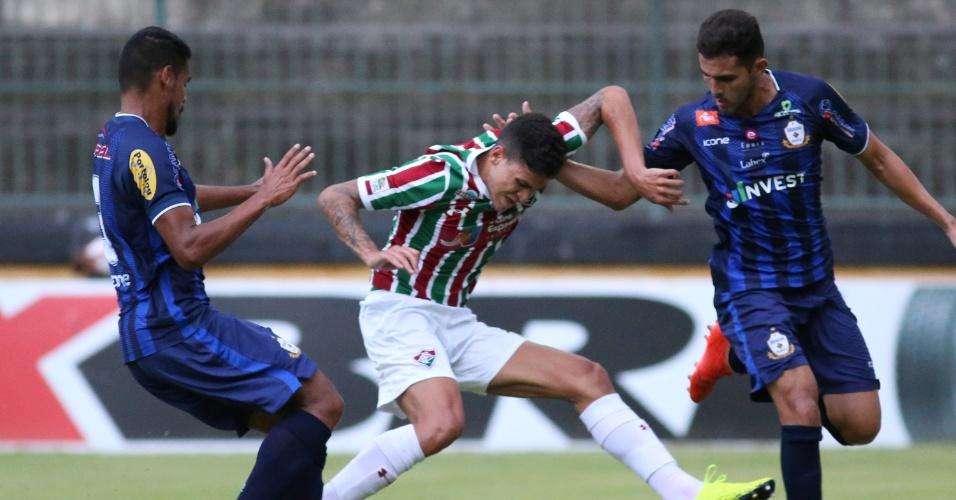 Jogadores de Fluminense e Macaé disputam a bola