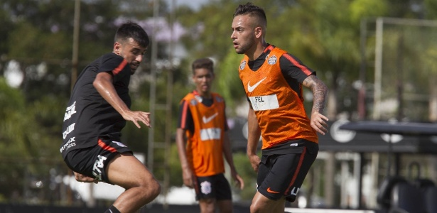 Maycon disputa a bola com Camacho no treino: sem espaço no meio-campo corintiano - Daniel Augusto Jr. / Ag. Corinthians
