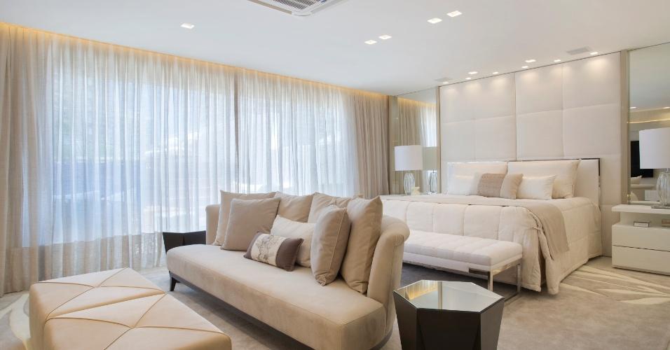 O quarto do casal foi feito quase todo em variações de bege para passar uma ideia de relaxamento e calmaria