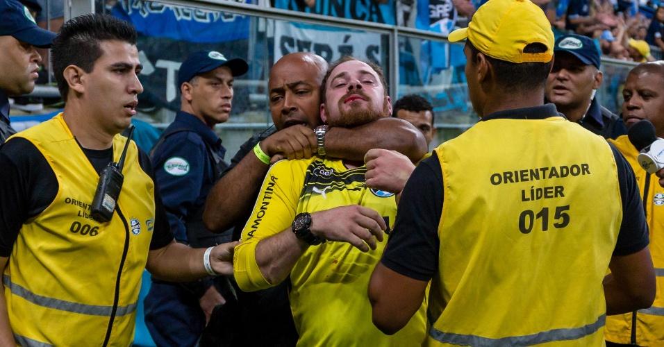 Suspeito de atirar sinalizador dentro do gramado é detido dentro da Arena do Grêmio