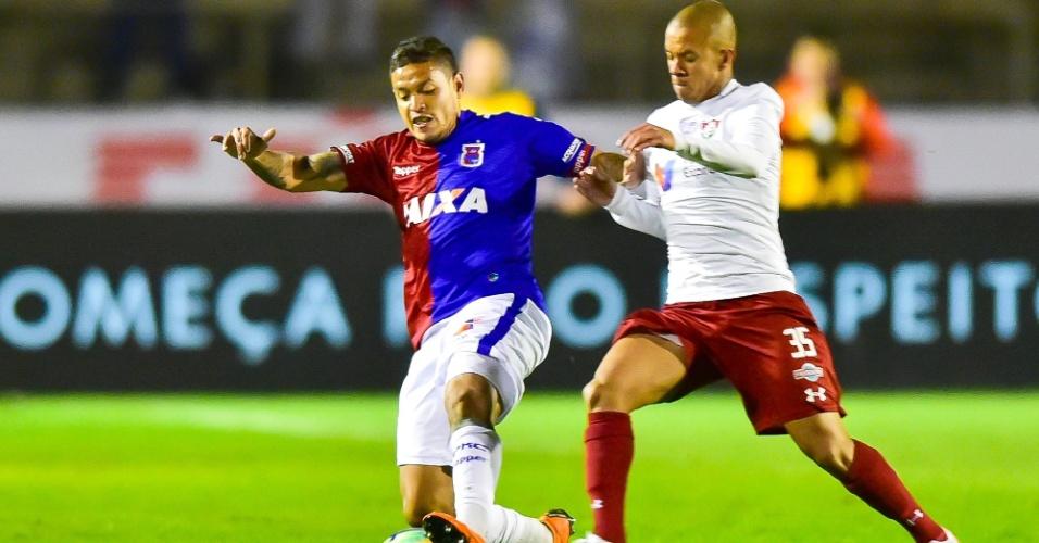 Carlos Eduardo é marcado por Marcos Júnior no jogo entre Paraná e Fluminense