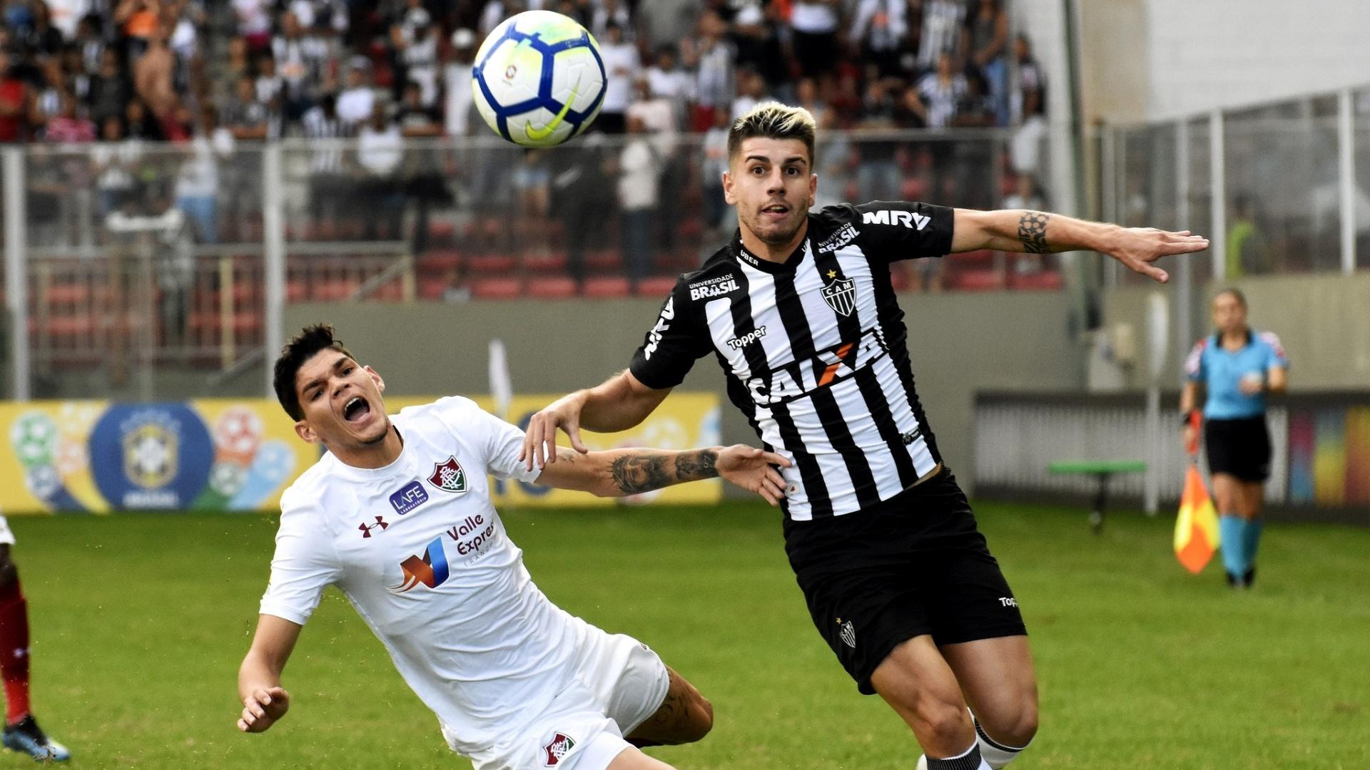 Jogadores de Fluminense e Atlético-MG disputam a bola