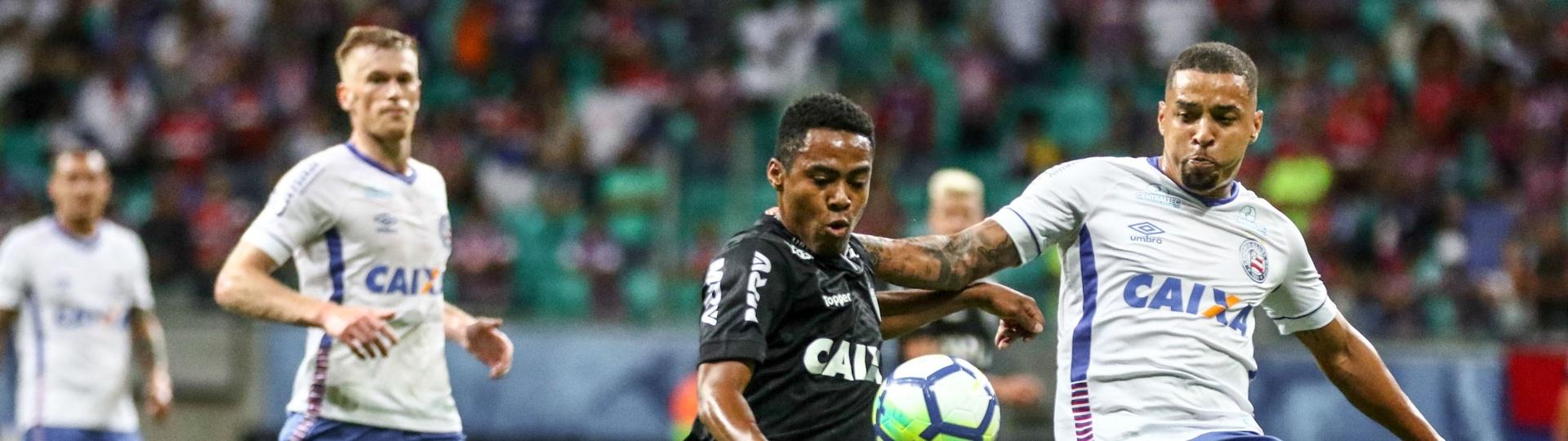 Elias tenta o chute a gol na partida entre Bahia e Atlético-MG