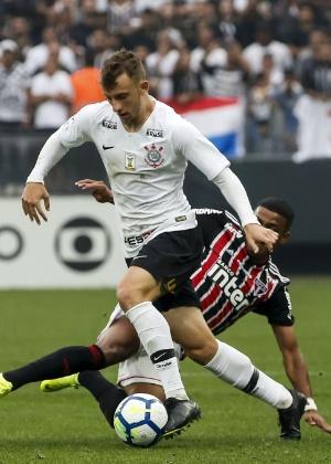 Saída de Arana ainda afeta Corinthians  6 atletas já foram testados ... dc3532a2fd6c6