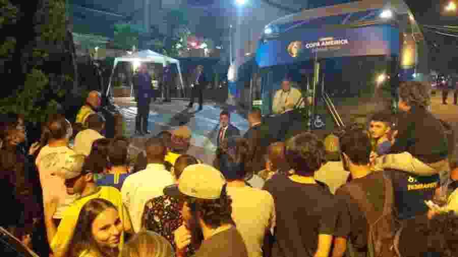 Torcedores na porta do hotel da seleção brasileira - Diego Salgado/UOL Esporte