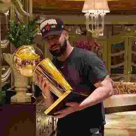 Drake posa com troféu da NBA do Toronto Raptors - Reprodução/Instagram