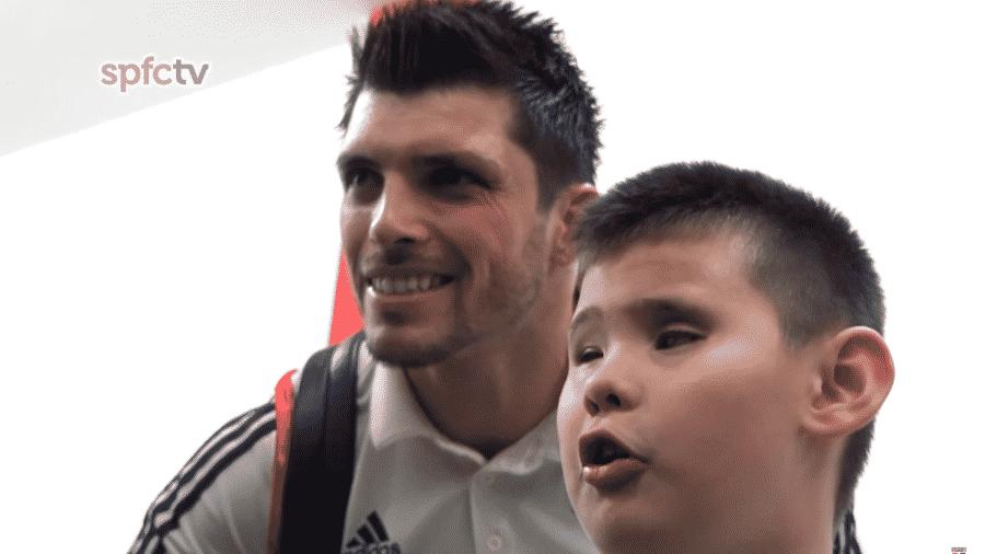 Tiago Volpi posa ao lado do jovem torcedor do São Paulo, Pedro - Reprodução/Youtube