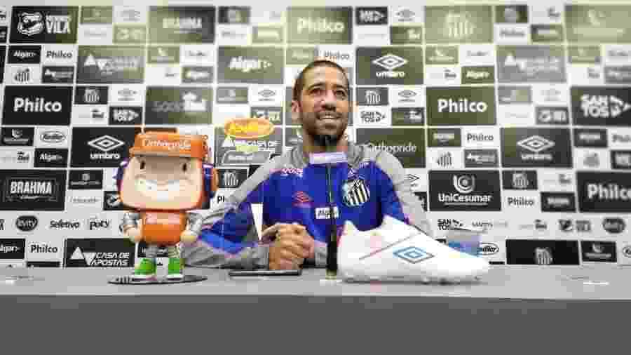 Evandro concede entrevista coletiva no CT Rei Pelé, do Santos - UOL