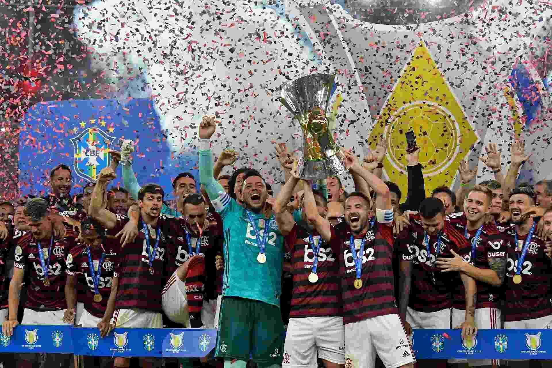 Jogadores do Flamengo comemoram com a taça de campeão brasileiro - Thiago Ribeiro/AGIF