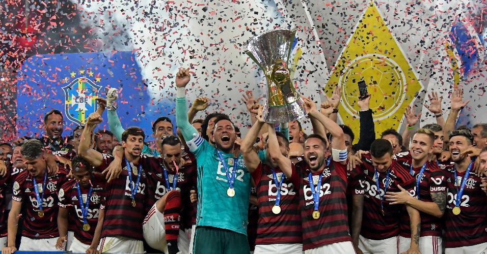 Jogadores do Flamengo comemoram com a taça de campeão brasileiro