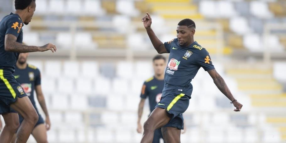 Lateral Emerson durante treino da seleção brasileira