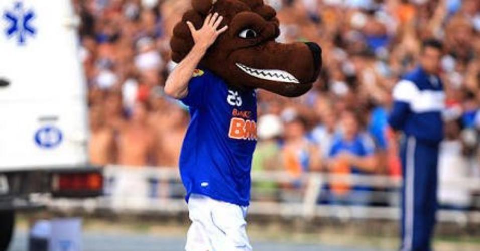 Roger Flores comemorou seu primeiro gol pelo Cruzeiro com a cabeça do Raposão