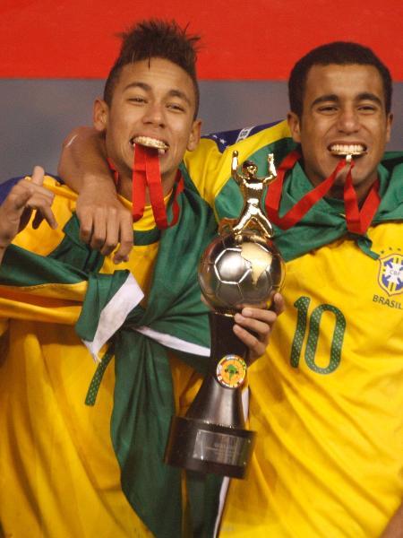 Neymar e Lucas Moura comemoram o título do Sul-Americano sub-20 em 2011, no Peru - Raul Sifuentes / LatinContent / Getty Images