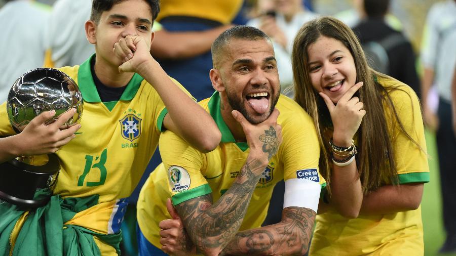 Dani Alves comemora conquista da Copa América de 2019 pela seleção brasileira - Kaz Photography/Getty Images