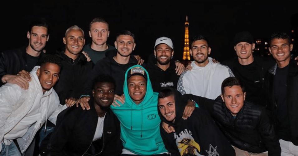 Elenco do PSG comemora feriado na França