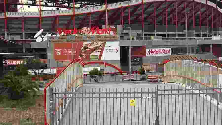 Portões fechados: o estádio da Luz manteve a cara e as cores do Benfica para a reta final da Champions, sem o envelopamento comercial tradicional dos eventos Uefa - Julio Gomes/UOL