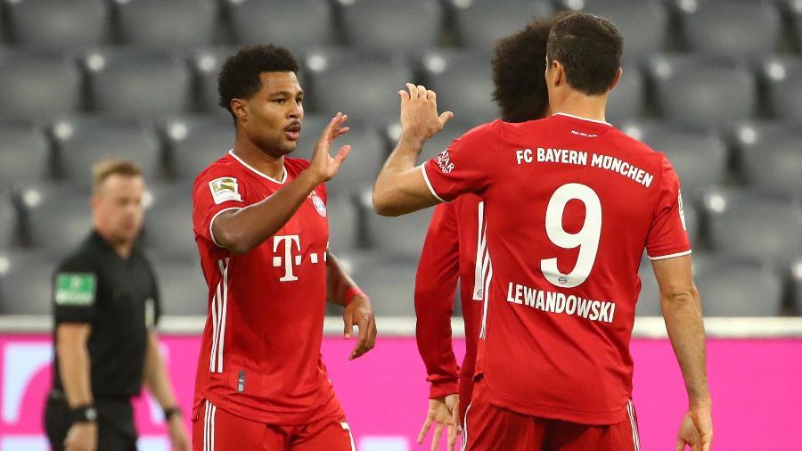 Gnabry e Lewandowski, jogadores do Bayern de Munique, comemoram gol contra o Schalke - REUTERS/Michael Dalder