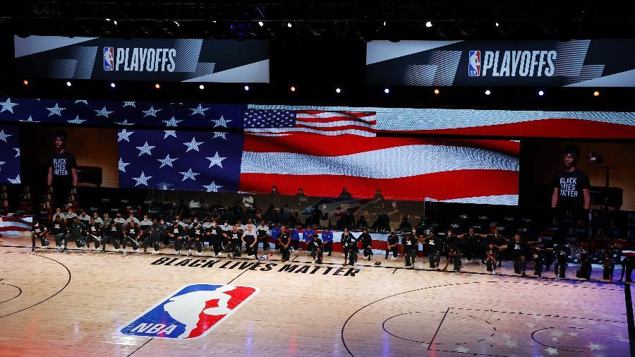 Na temporada passada, os jogadores da NBA se ajoelharam durante o hino - Kevin C. Cox/Getty Images