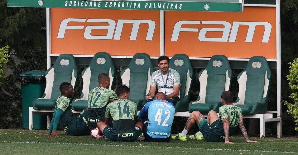 O técnico Abel Ferreira conversa com os jogadores durante treinamento, na Academia de Futebol.