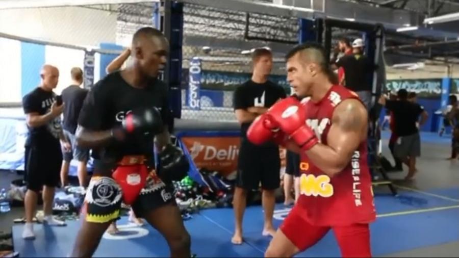 Vitor Belfort (à direita) postou vídeo de treino com o nigeriano Israel Adesannya - Reprodução/Instgram
