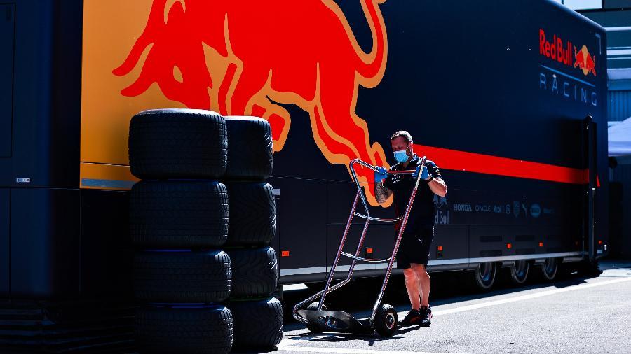 Integrante da equipe Red Bull trabalha no paddock de Barcelona na preparação para o GP na Espanha - Mark Thompson/Getty Images
