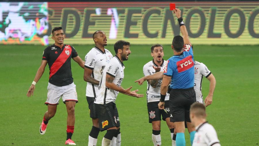 Fagner, do Corinthians, recebe cartão vermelho na partida contra o Atletico-GO, pela Copa do Brasil 2021. - Marcello Zambrana/AGIF