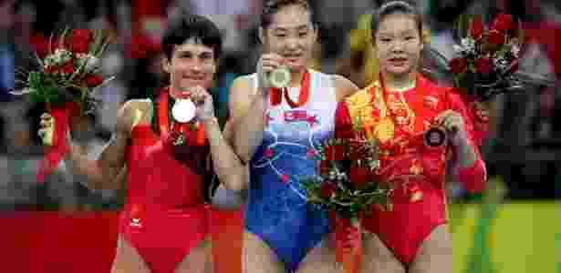 Aos 33 anos, Chusovitina ganhou prata em Pequim; Hong Un Jong, de 19 anos e chinesa Cheng Fei, de 20, completaram o pódio - Jed Jacobsohn/Getty Images - Jed Jacobsohn/Getty Images