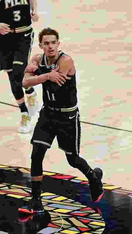 """Trae Young, o 'Ice Trae', em sua tradicional comemoração de """"gelo nas veias"""" em jogo do Hawks - Adam Hagy/NBAE via Getty Images - Adam Hagy/NBAE via Getty Images"""