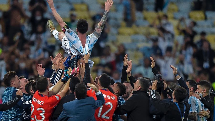 Messi é jogado ao alto pelos colegas de Argentina ao conquistar, enfim, seu 1° título pela seleção ao ser campeão da Copa América - Thiago Ribeiro/Thiago Ribeiro/AGIF