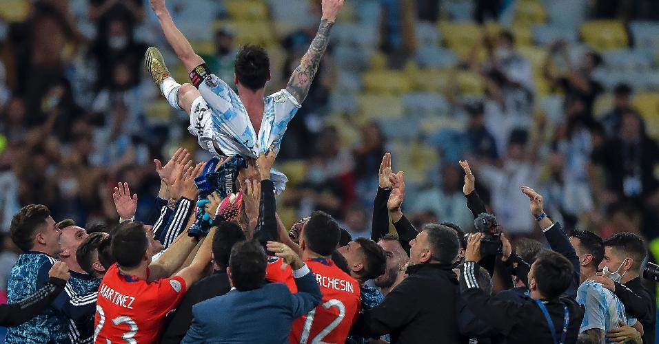 Messi é jogado ao alto pelos colegas de Argentina ao conquistar, enfim, seu 1° título pela seleção ao ser campeão da Copa América