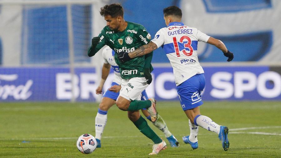 Gustavo Scarpa disputa bola na partida do Palmeiras contra a Universidad Católica, pela Libertadores - Staff Images / CONMEBOL