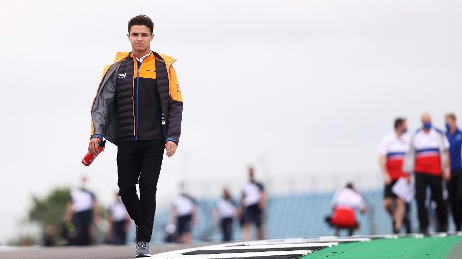 Quarto colocado no Mundial, Norris caminha pela pista de Silverstone nesta quinta-feira - Twitter/Fórmula 1