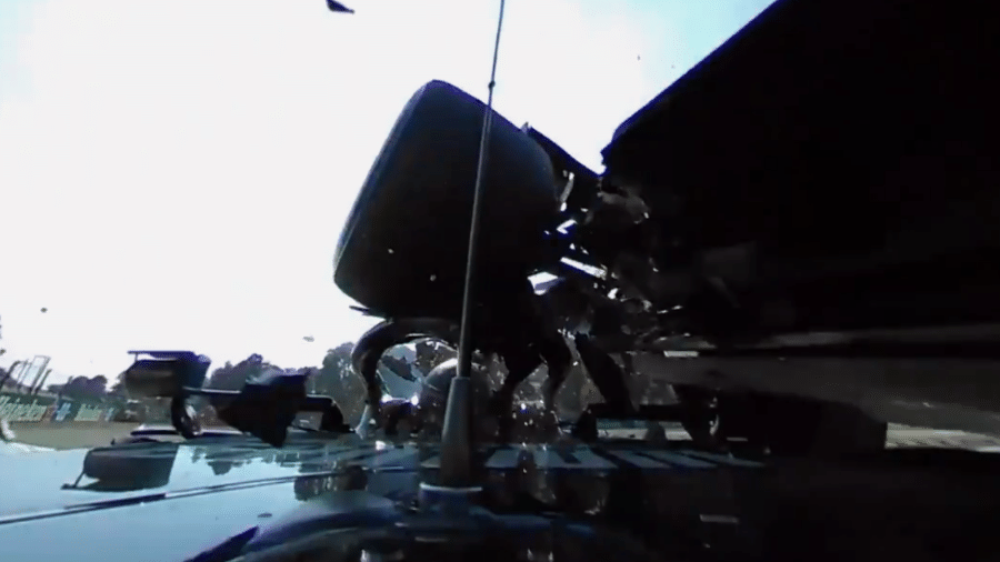 Pneu do carro da Red Bull destruiu parte superior da Mercedes do britânico - Reprodução/Twitter