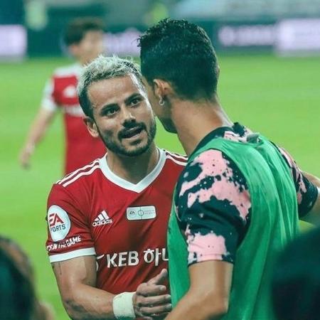 Cesinha, brasileiro que atua na Coreia do Sul, cumprimenta Cristiano Ronaldo em amistoso - Arquivo pessoal/Cesinha - Arquivo pessoal/Cesinha