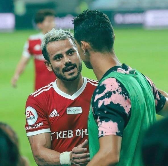 Cesinha, brasileiro que atua na Coreia do Sul, cumprimenta Cristiano Ronaldo em amistoso
