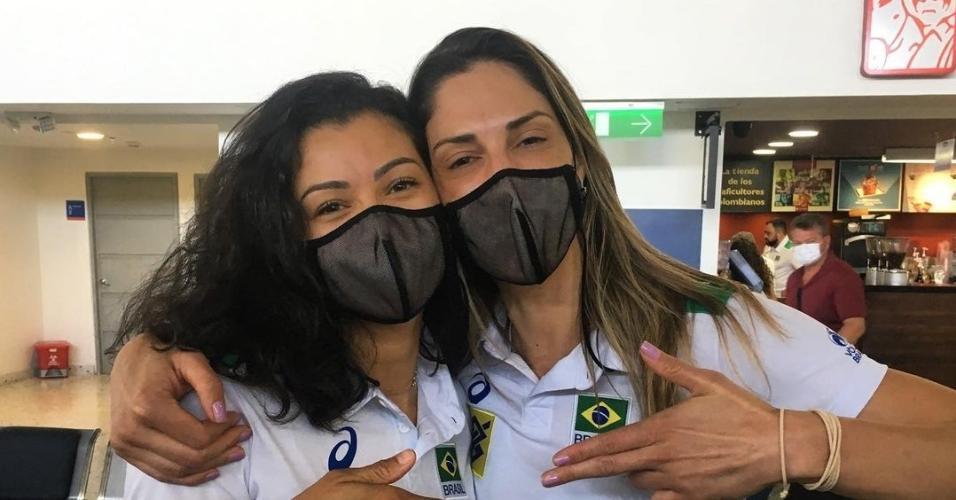 Ana Carolina e Carol Gattaz se abraçam após Sul-Americano de vôlei
