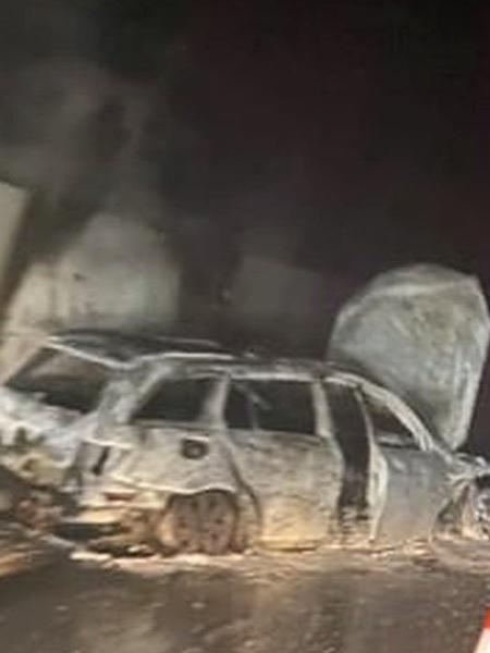 Carro da árbitra Sabrija Topalovic após ser incendiado por torcedores na Bósnia - Reprodução/Twitter