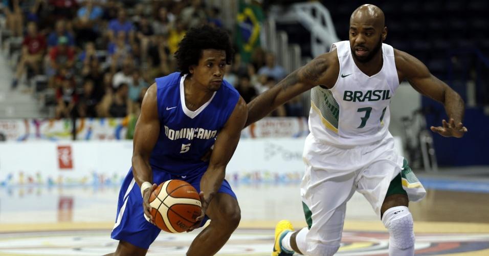 Larry Taylor tenta roubar a bola de Manuel Fortuna, da República Dominicana, durante a semifinal do basquete masculino, em Toronto