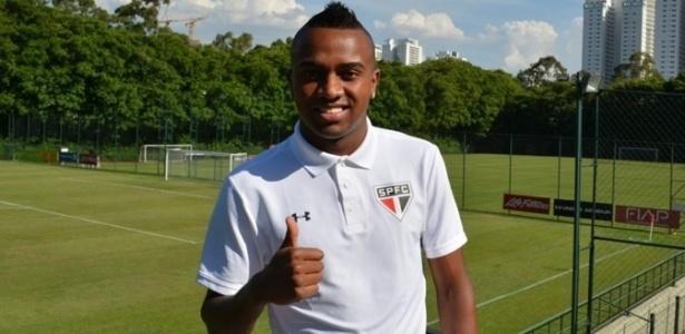 Kelvin posa com a camisa do São Paulo após acertar empréstimo de uma temporada