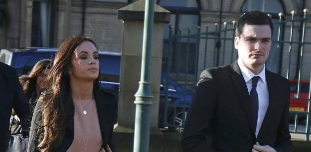 Adam Johnson chega a tribunal ao lado da namorada para depor, na última quarta-feira