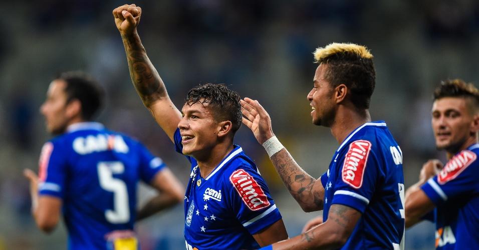 Lucas Romero celebra gol de pênalti marcado pelo Cruzeiro