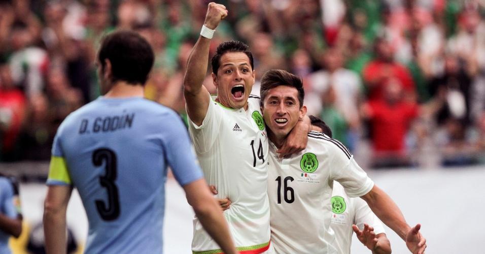 Chicharito e Herrera comemoram gol do México sobre o Uruguai