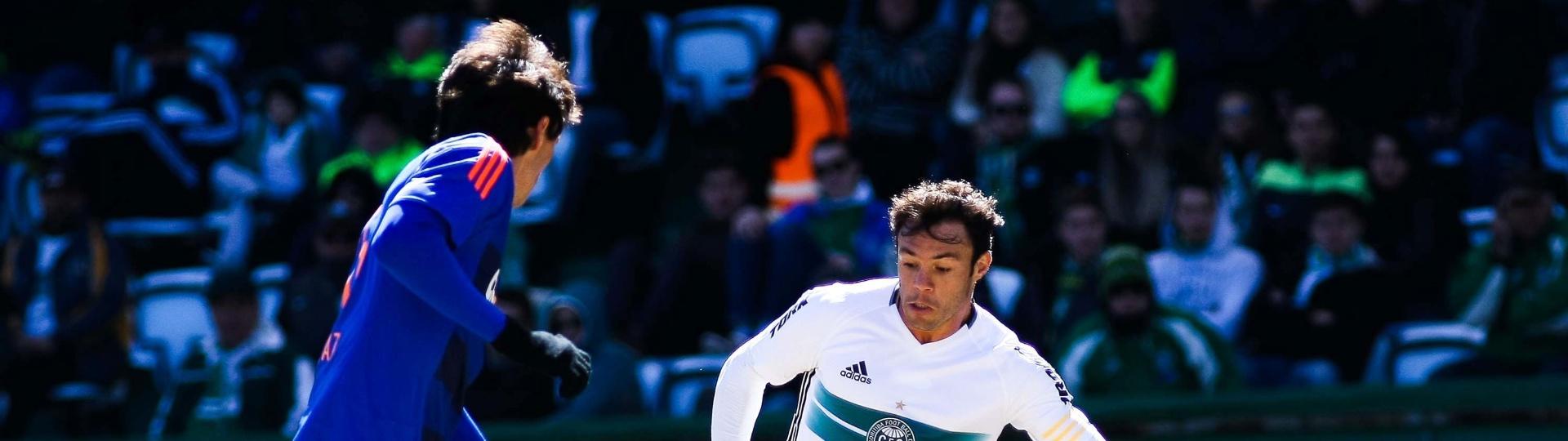 Kleber e Matheus Ferraz disputam bola em jogo com bastante gols em Curitiba
