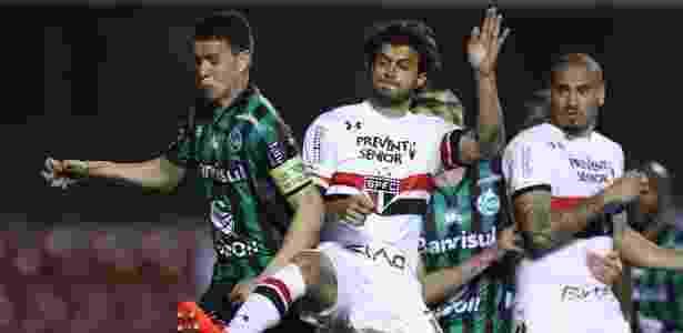 Hudson divide a bola no duelo São Paulo x Juventude - Marcello Zambrana/AGIF