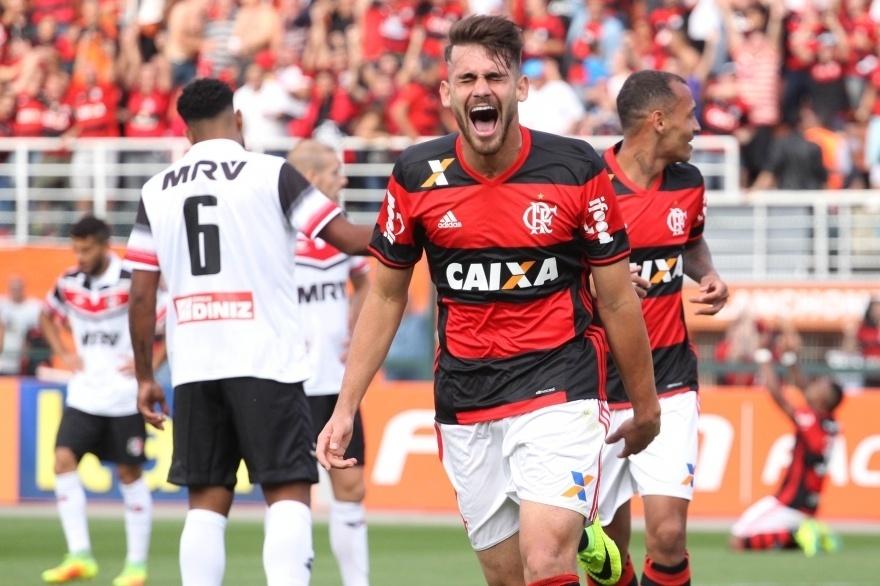Felipe Vizeu comemora gol para o Flamengo diante do Santa Cruz